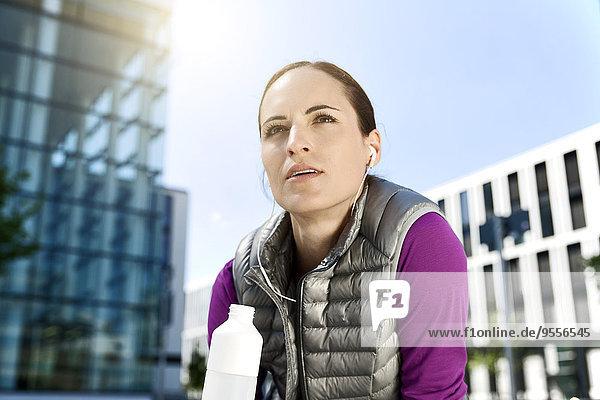 Sportlich brünette Frau im Freien