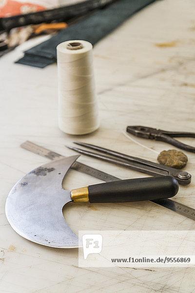 Werkzeuge auf der Arbeitsfläche in der Sattlerei