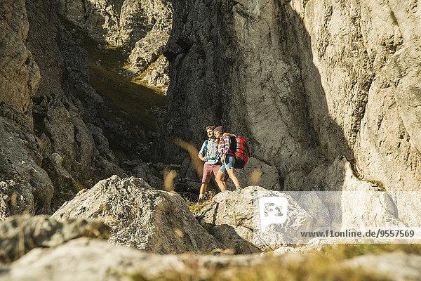 Österreich  Tirol  Tannheimer Tal  junges Paar an Felsen stehend