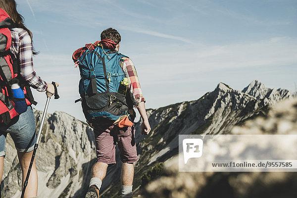 Österreich  Tirol  Tannheimer Tal  junges Paar beim Felsenwandern
