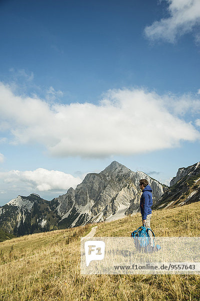 Österreich  Tirol  Tannheimer Tal  Wanderer mit Rucksack auf Almen