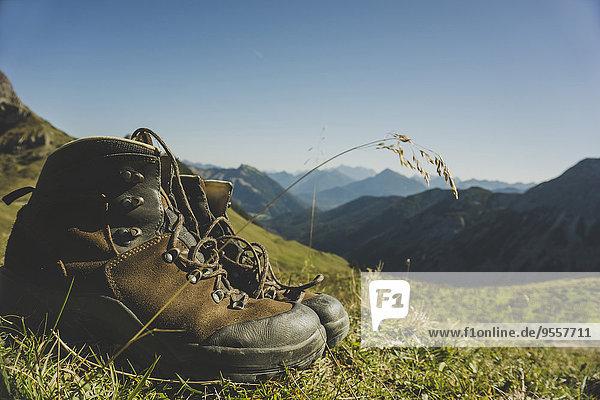 Österreich  Tirol  Tannheimer Tal  Wanderschuhe in der Bergwelt