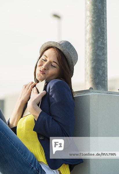 Junge Frau umarmt digitales Tablett