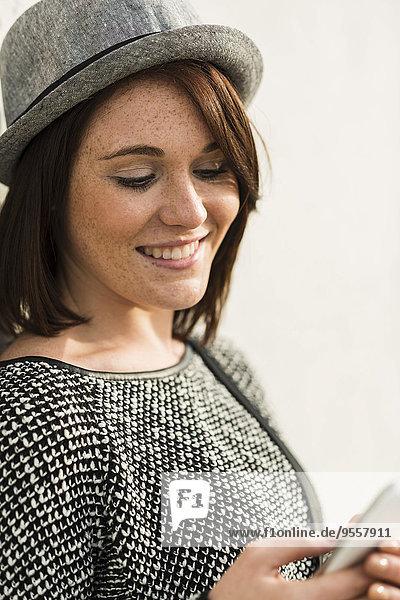 Lächelnde junge Frau mit Handy