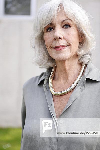 Porträt der weißhaarigen Seniorin