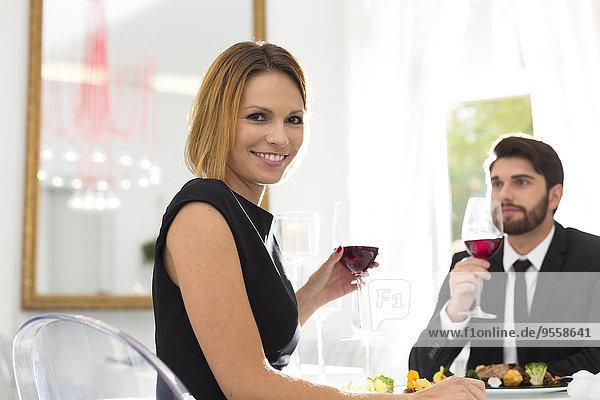 Elegantes Paar beim Abendessen im Restaurant