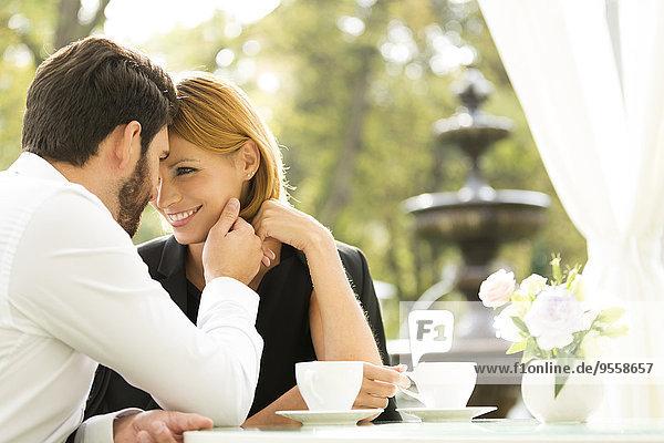 Liebespaar im Outdoor-Café