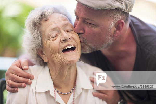 Reifer Mann und glückliche Seniorin im Freien