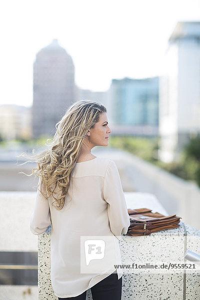 Frau mit langen blonden Haaren in der Stadt
