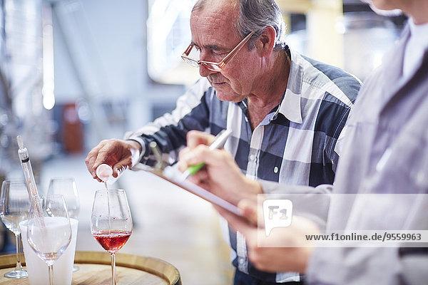 Winzer testet Weinmischung