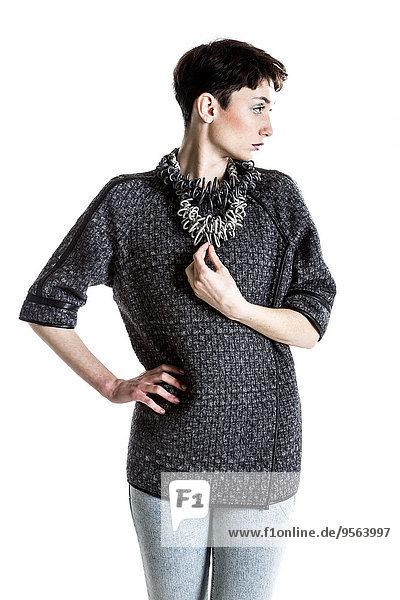 Studioaufnahme junge Frau junge Frauen Portrait Schmuck Kleidung modern