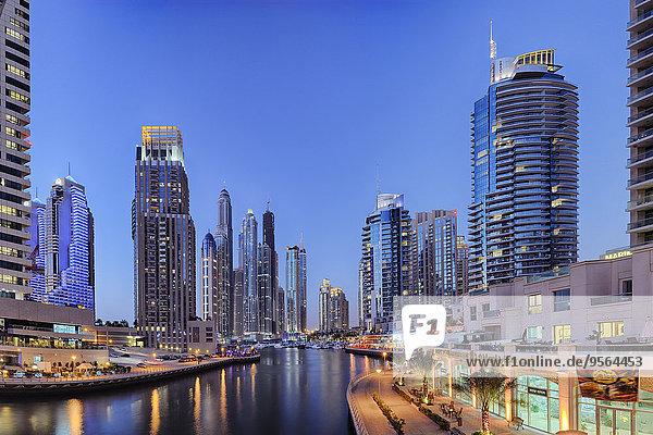 beleuchtet Vereinigte Arabische Emirate VAE Hochhaus Jachthafen Dubai Abenddämmerung