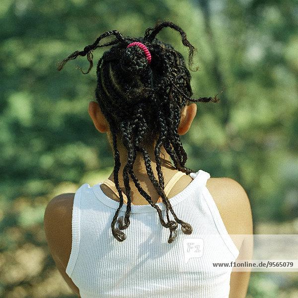 Das geflochtene Haar eines Mädchens von hinten.