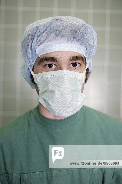 Chirurg mit chirurgischer Maske und Kappe