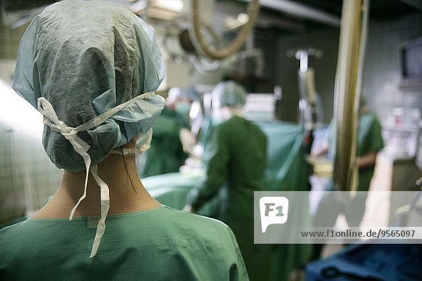 Krankenschwester stehend im Operationssaal