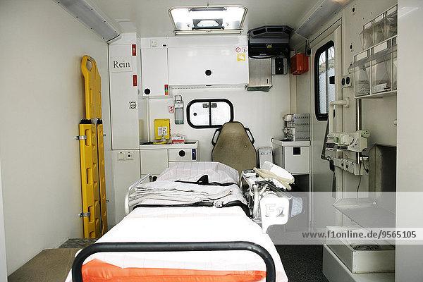 Leere Trage im Krankenwagen