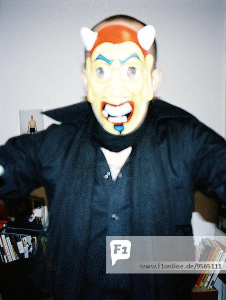 Mann mit Maske und Hörnern
