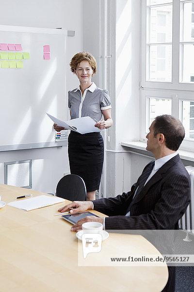Ein Geschäftsmann und eine Geschäftsfrau in einer Besprechung
