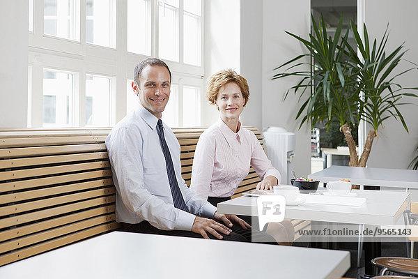 Geschäftskollegen beim gemeinsamen Mittagessen