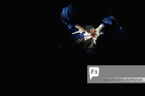 Detail eines OP-Teams,  das an einem Patienten operiert., Detail eines OP-Teams,  das an einem Patienten operiert.