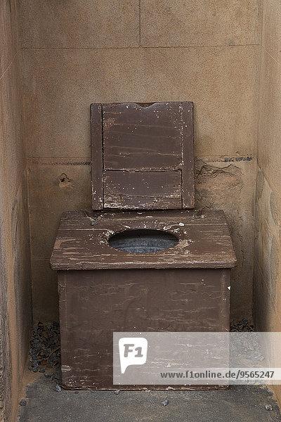 Verlassener Toilettensitz im Freien