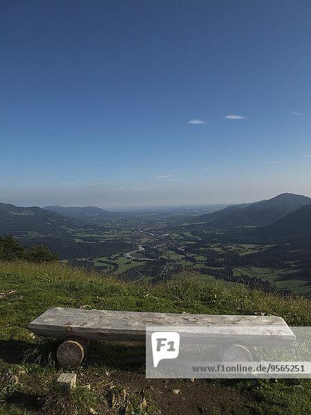 Holzsitz am Berg gegen blauen Himmel