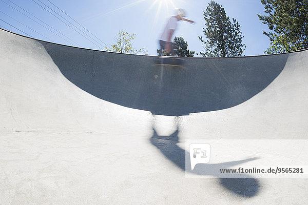 Verwackelte Bewegung des Skateboardfahrers beim Ausführen eines Tricks