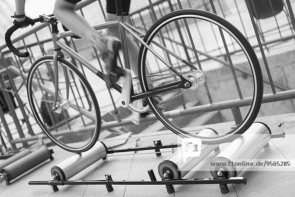 Niederquerschnitt eines Fahrradfahrers auf Rollen