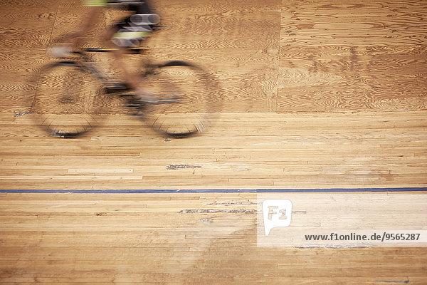 Verschwommene Bewegung von Radrennfahrern auf der Rennstrecke