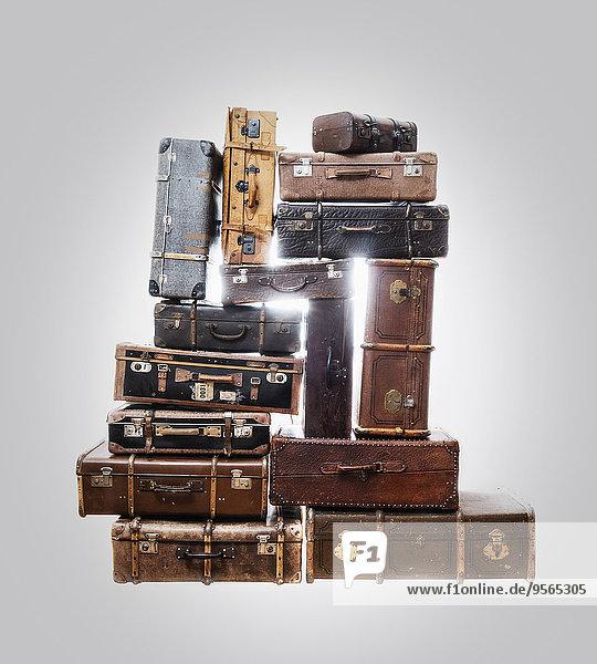 Stapel von alten Koffern über grauem Hintergrund