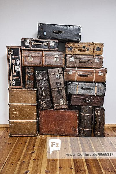 Alte Koffer auf Parkettboden