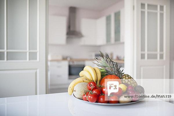 Obst und Gemüse im Teller auf dem Tisch zu Hause