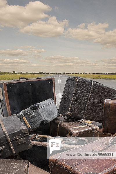 Alte Koffer auf der Straße gegen den Himmel