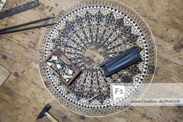 Hochwinkelansicht der Werkzeuge auf dem Boden