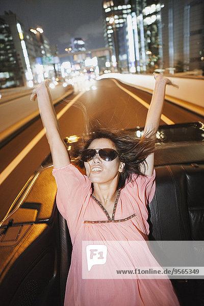 Glückliche Frau genießt Autofahrt