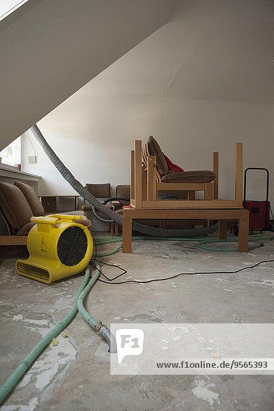 Möbel und Rohre im Haus unter Renovierung