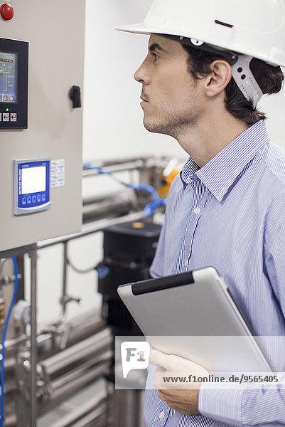 Techniker bei der Überprüfung von Industrieanlagen im Betrieb der Anlage