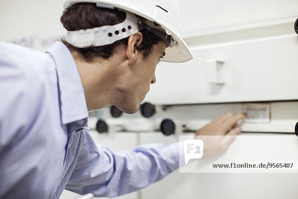 Techniker im Betrieb von Industrieanlagen