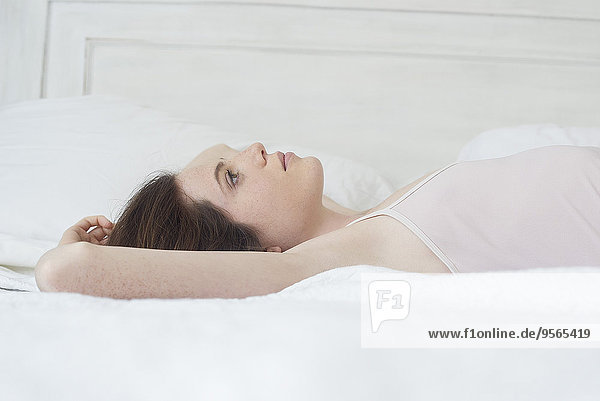 Frau auf dem Bett liegend