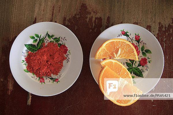 Direkt über dem Schuss Chilipulver und Orangenscheibe in Tellern auf dem Tisch serviert.