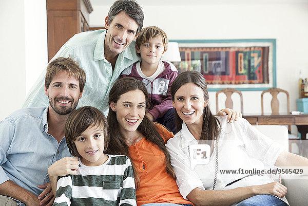 Familie zusammen im Wohnzimmer  Portrait