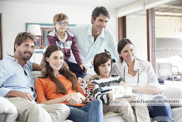 Großfamilie beim gemeinsamen Fernsehen
