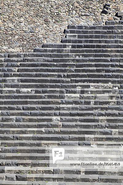Stufen des alten Tempels in Chichen Itza