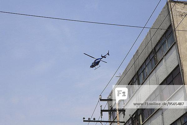 Ansicht des über dem Gebäude fliegenden Hubschraubers im niedrigen Winkel
