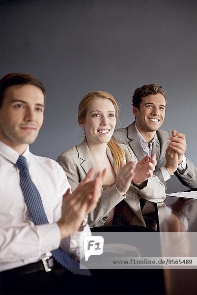 Jungunternehmer applaudieren zum Abschluss der Präsentation