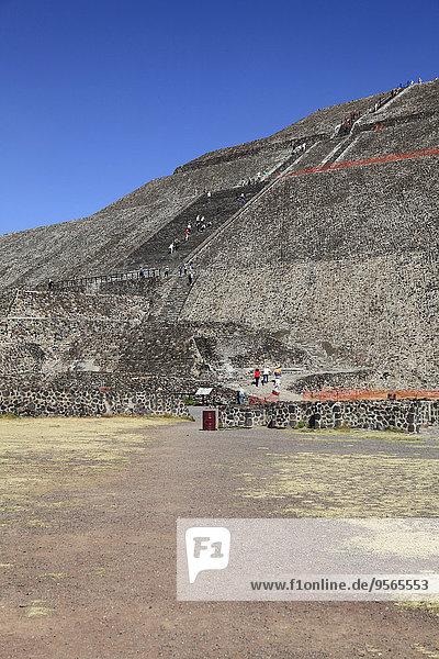 Besucher der Sonnenpyramide  Teotihuacan