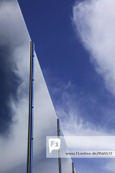 Himmelsreflexion am Glasgebäude