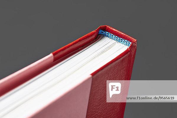 Beschnittenes Bild des Hardcover-Buches vor grauem Hintergrund