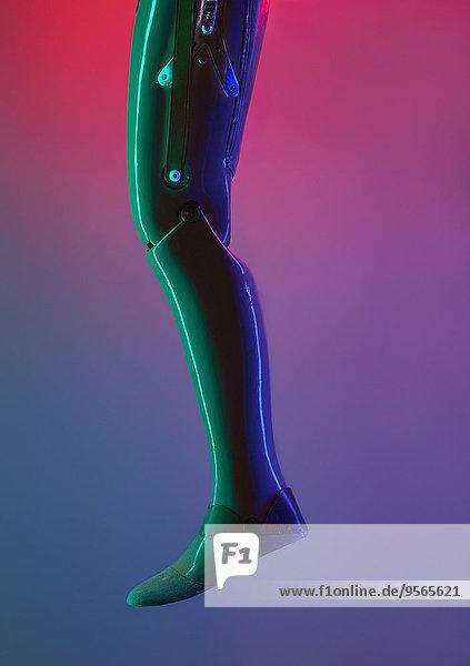 Niedriger Bereich des Roboters vor farbigem Hintergrund