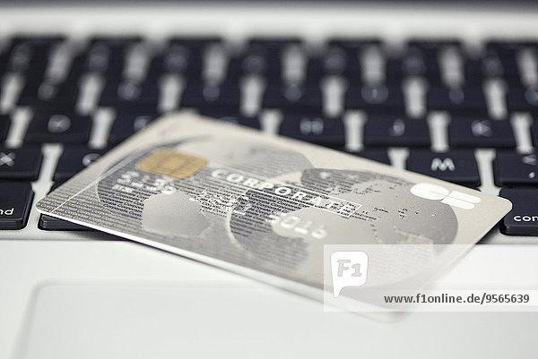 Kreditkarte ruht auf der Computertastatur